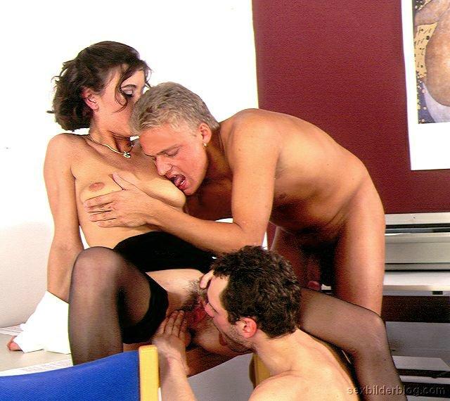 buero sekretaerin ficken auf der massageliege.